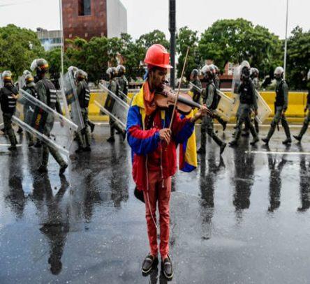 Resistencia social69 Wuilly Arteaga relato llorando como un uniformado le arrebato su violin y lo dano 26May17